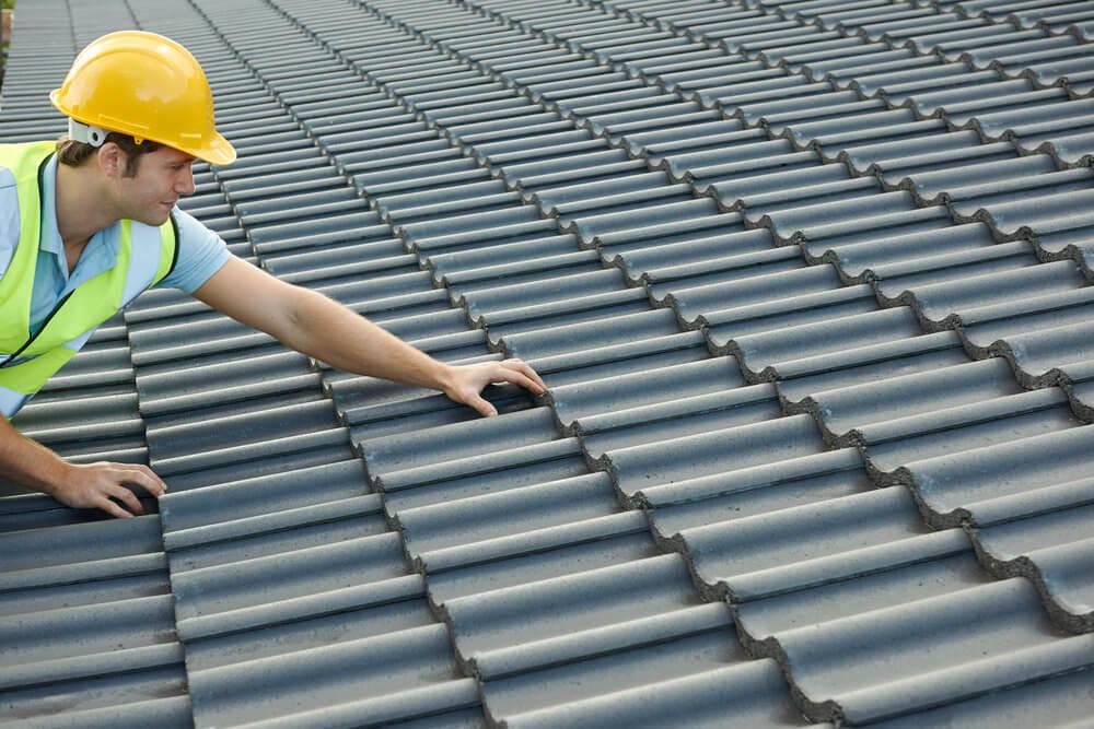 Constructeur travaillant sur le toit du nouveau bâtiment